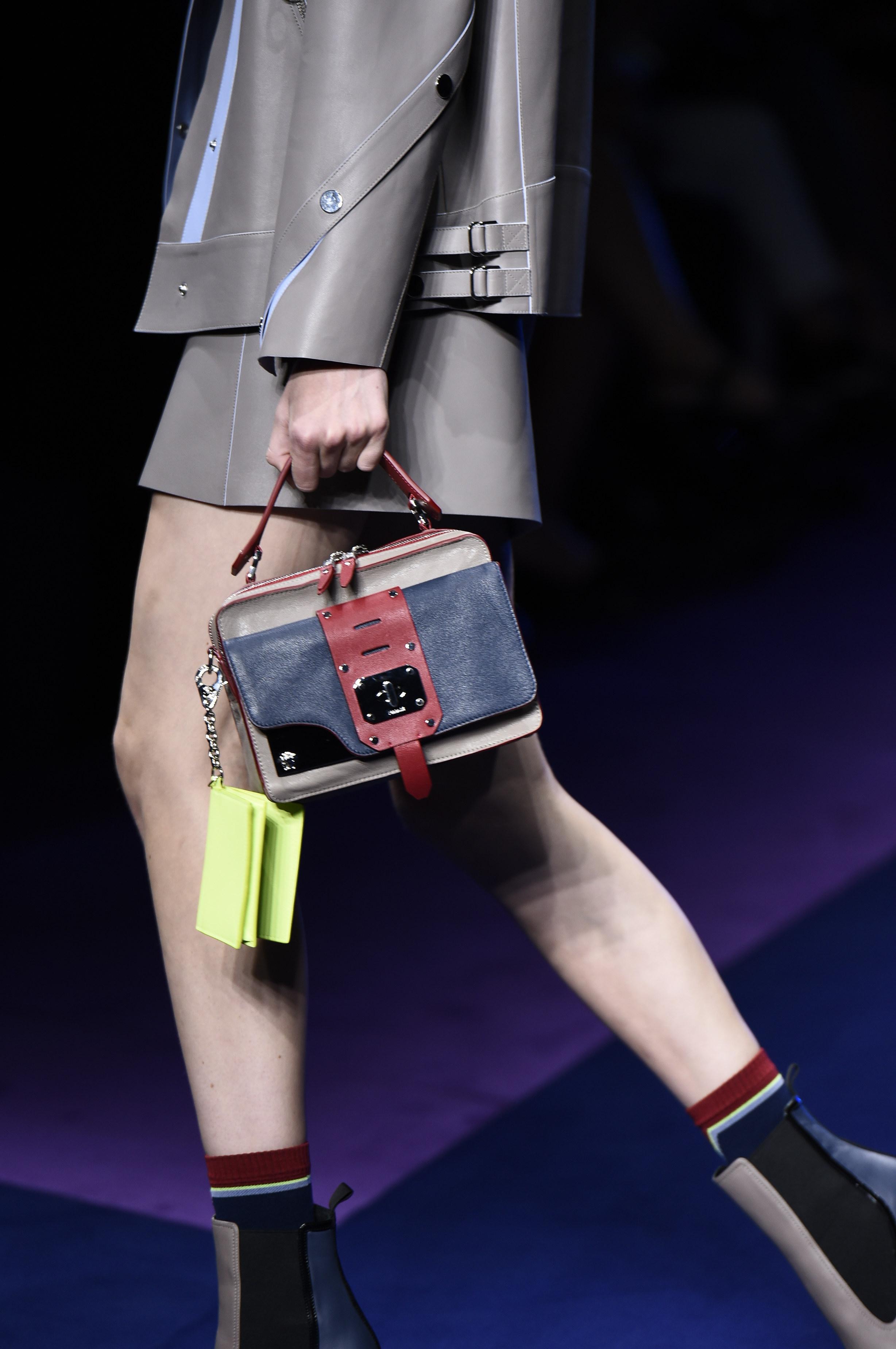 9c3fa9a6911e MANIFESTO - ROCK THE BOAT  Versace s Stardvst bags